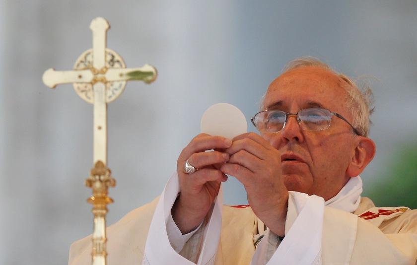 Pope Francis elevates Eucharist during Corpus Christi Mass